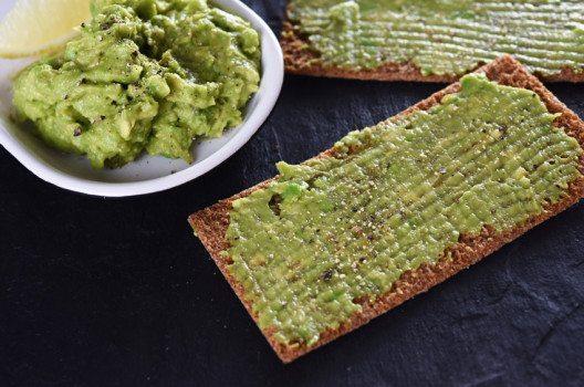 Avocado eignet sich heervorragend als Brotaufstrich (Bild: kiboka – shutterstock.com)