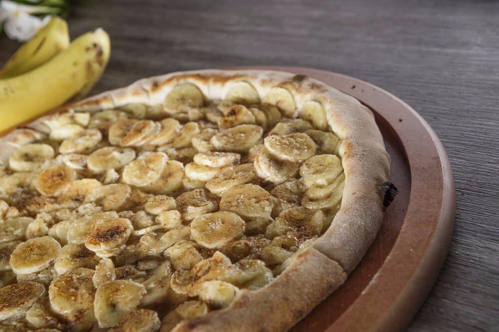 Bananenpizza vom Grill (Bild: © diogoppr - shutterstock.com)