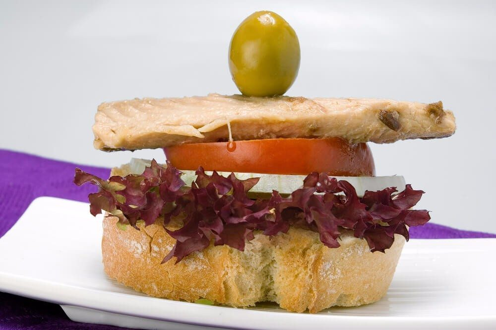 Übervolle Teller bei jeder Mahlzeit kannst Du immer haben, wenn Du kleineres Geschirr wählst. (Bild: © Joyma fotografia - shutterstock.com)