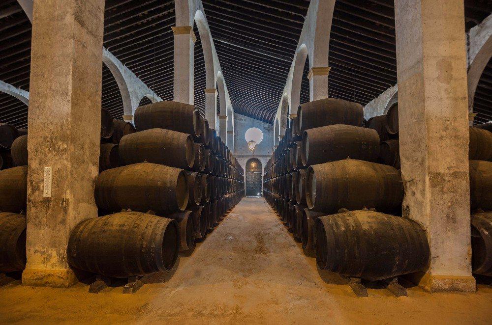 In übereinander gelagerten Fässern aus Eiche wird jeweils Sherry gleichen Typs gelagert. (Bild: © javarman - fotolia.com)