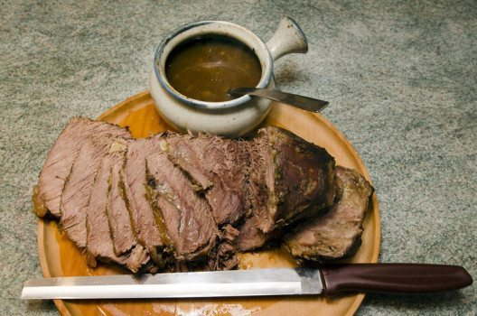 Schneidet die Fettränder von Schnitzeln und Steaks erst vor dem Servieren. (Bild: ChameleonsEye – shutterstock.com)