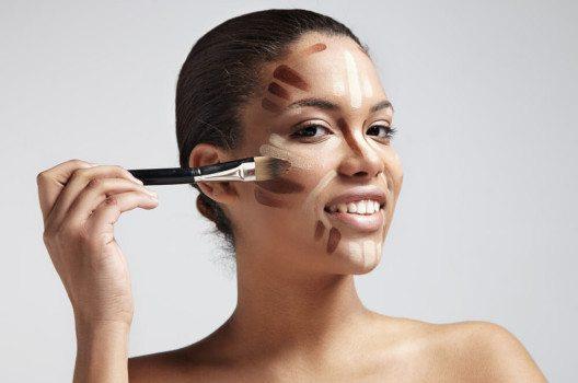 Konturieren ist für Visagisten eine lang bekannte Technik. (Bild: BeautyBlowFlow / Shutterstock.com)