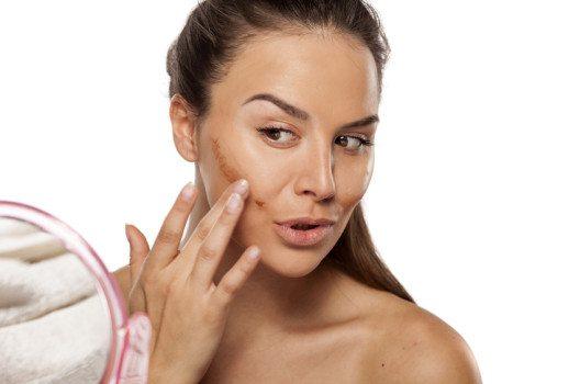 Konturieren sorgt für einen stark modellierenden Effekt. (Bild: Vladimir Gjorgiev / Shutterstock.com)