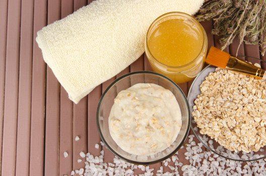 Honig-Quark-Maske beruhigt die Haut. (Bild: Africa Studio / Shutterstock.com)