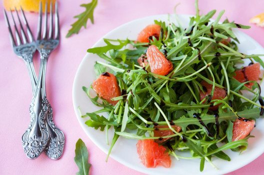 Grapefruit-Rucola-Salat (Bild: Olha Afanasieva – shutterstock.com)