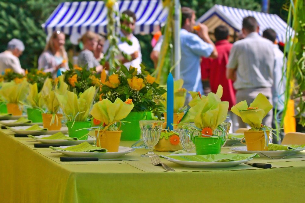 Am lockersten ist die Kleiderordnung bei Hochzeiten, die im Sommer als Grillpartys oder Picknicks im Park stattfinden. (Bild: © Laurent Renault - fotolia.com)