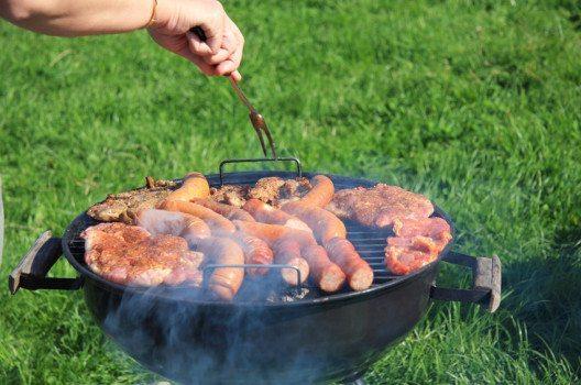 Würste einstechen - fettärmer grillieren (Bild: Rafal Olechowski – shutzterstock.com)