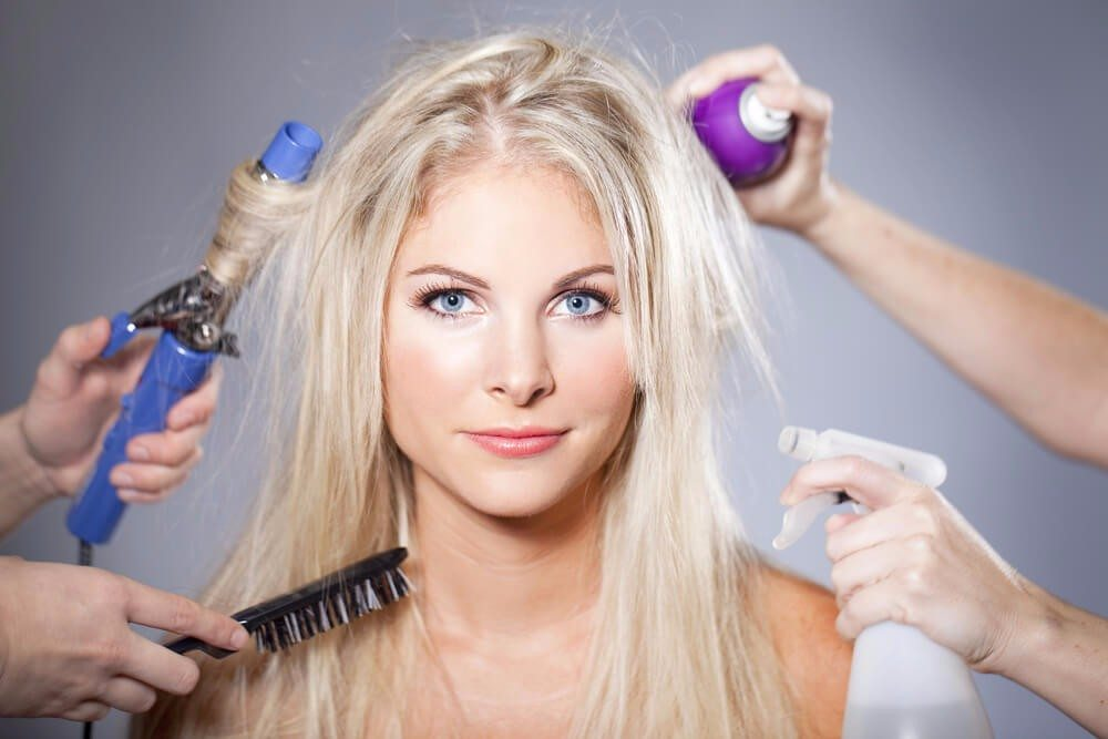 Und was hilft statt Shampoo gegen strähniges, fettiges Haar? (Bild: © Phase4Studios - shutterstock.com)