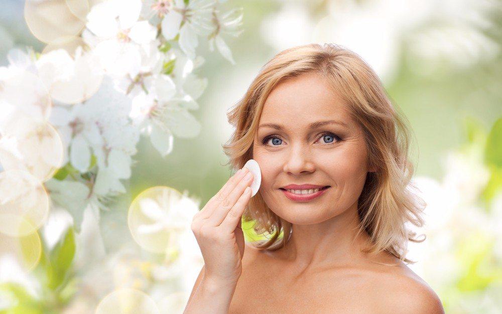 Die Anwendung von Mizellenwasser funktioniert mit einem Wattepad oder Kosmetikpad aus Baumwolle am besten. (Bild: © Syda Productions - shutterstock.com)