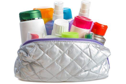 Der Umfang Deiner Kulturtasche ist von der Reisedauer abhängig. (Bild: vnlit / Shutterstock.com)