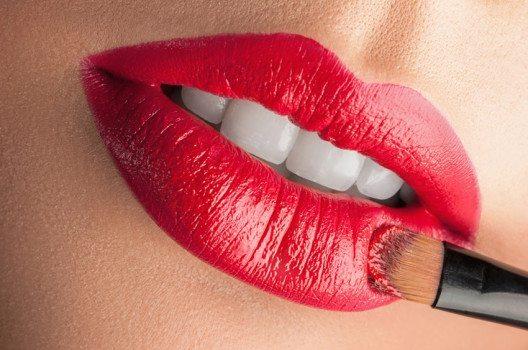 Damit der Lippenstift länger hält, trage ihn in mehreren Schichten auf. (Bild: Sergey Tay / Shutterstock.com)