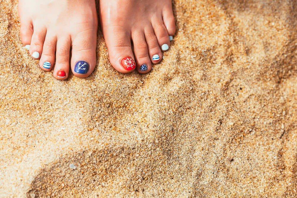Im Sommer ist Zeit, jeden Tag einen anderen Schatz aus der eigenen Nagellacksammlung spazieren zu führen. (Bild: © Stakhov Yuriy - shutterstock.com)