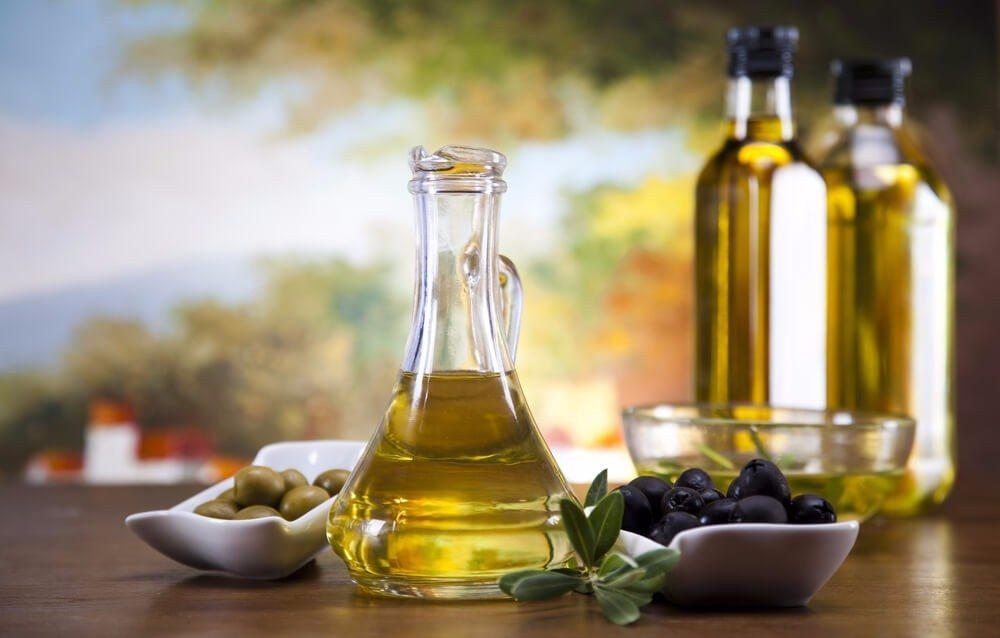 Die Südeuropäer verwenden statt tierischer Fette wie Butter lieber Olivenöl. (Bild: © Sebastian Duda - shutterstock.com)