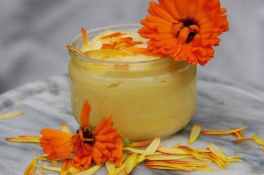 Ringelblumen-Creme glättet die Haut und hilft gegen Unreinheiten. (Bild: petratrollgrafik / Shutterstock.com)