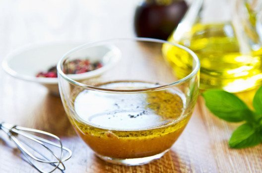 Salatsosse mit Senf (Bild: vanillaechoes – shutterstock.com)