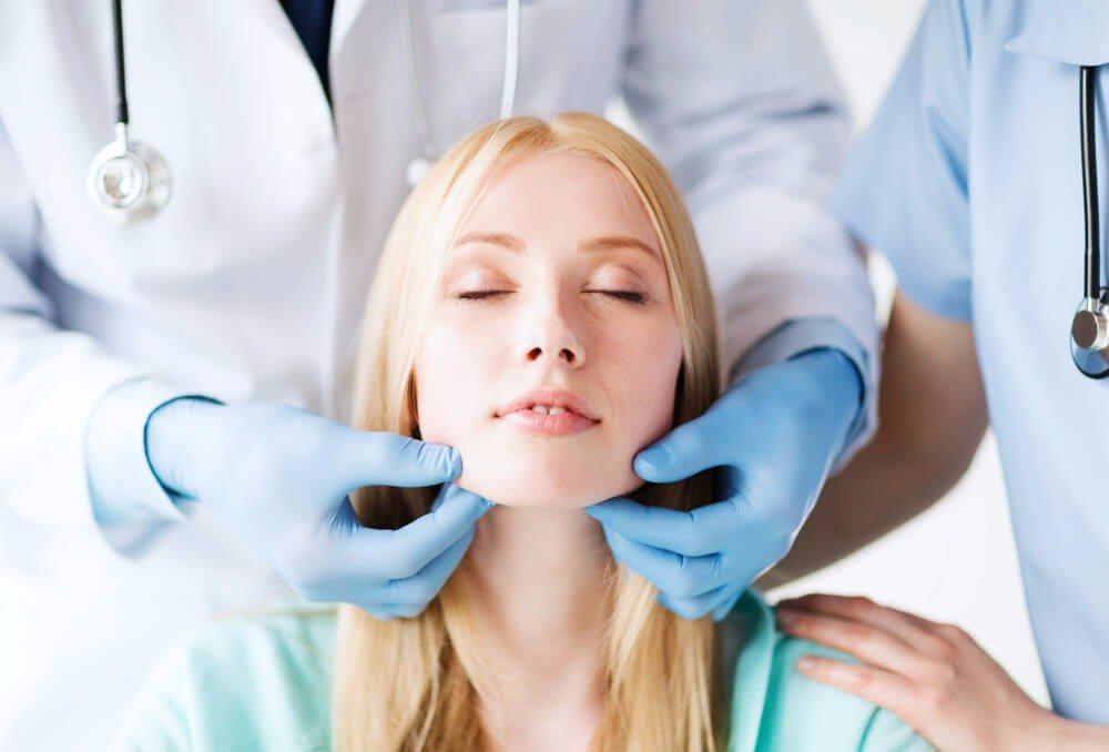 Die Nachfrage nach Schönheitsoperationen ist gross und wächst ständig an. (Bild: © Syda Productions - shutterstock.com)