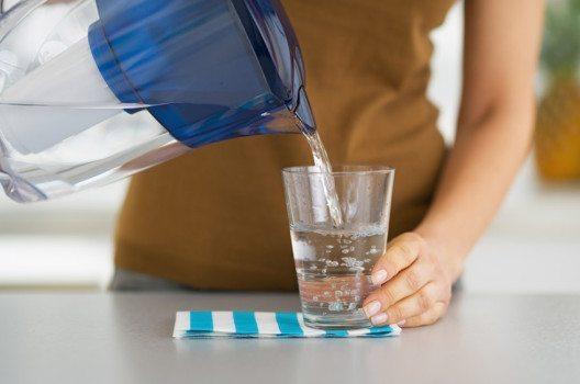 Offene Filtersysteme bestehen aus einem Krug, der mit Leitungswasser gefüllt wird. (Bild: Alliance / Shutterstock.com)