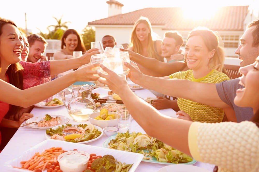 Mit dem Genuss eines Glases Sherry vor dem Essen kann Verdauungsbeschwerden vorgebeugt werden. (Bild: © Monkey Business Images - fotolia.com)