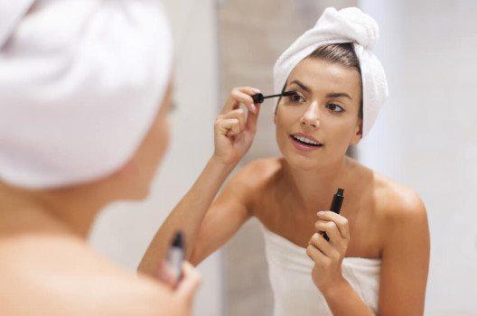 Wimperntusche ist für viele Frauen das wichtigste Schminkutensil überhaupt. (Bild: gpointstudio / Shutterstock.com)
