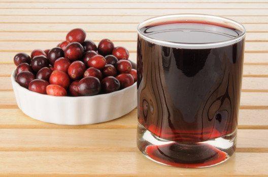 Bei Blasenentzündung ist Preiselbeer- oder Cranberrysaft eine gute Wahl. (Bild: MSPhotographic – shutterstock.com)