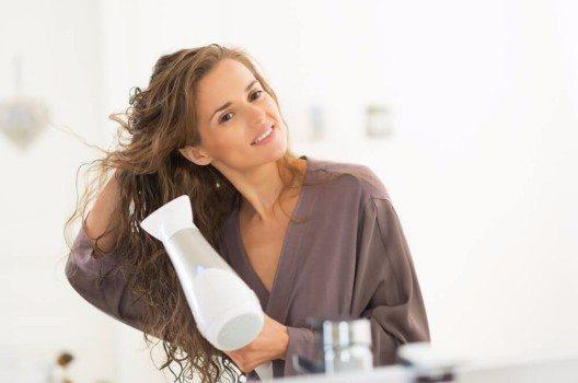 Zu hohe Temperaturen beim Föhnen setzen den Haaren zu.
