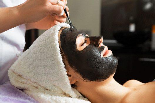 Die Masken mit Aktivkohle sind vor allem für unreine Haut gedacht. (Bild: Aliaksei Smalenski – shutterstock.com)