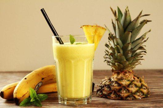 Ananas und Banane sind die Grundzutaten für einen erfrischenden Smoothie. (Bild: santiago silver – fotolia.com)