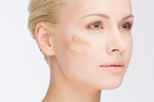 Manche Sonnenschutzprodukte gleichen ein unregelmässiges Hautbild leicht aus. (Bild: yurok – shutterstock.com)