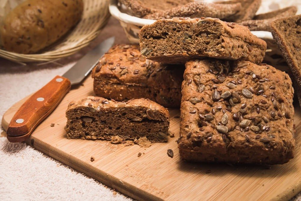 Kohlenhydrate sind in den Grundnahrungsmitteln, etwa in Brot oder Nudeln, reichlich vorhanden. (Bild: © BACHTUB DMITRII - shutterstock.com)