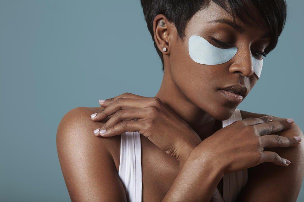 Eye-Patches sind Augenmasken in fester Gelform, die einfach unter den Augen aufgelegt werden. (Bild: © BeautyBlowFlow - shutterstock.com)