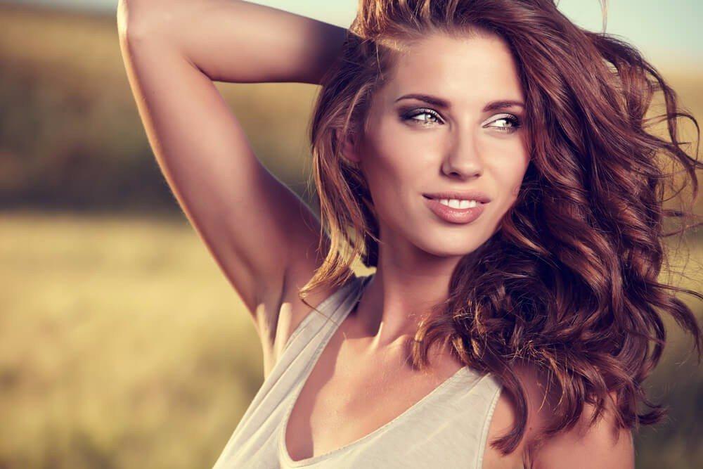 Für starke Stufen und Fransen sollten sich nur Frauen mit Locken oder dickem Haar entscheiden. (Bild: © Zoom Team - shutterstock.com)