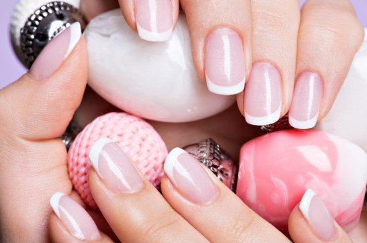 French Nails sind besonders alltagstauglich und eignen sich auch ideal für das Büro. (Bild: Valua Vitaly – shutterstock.com)