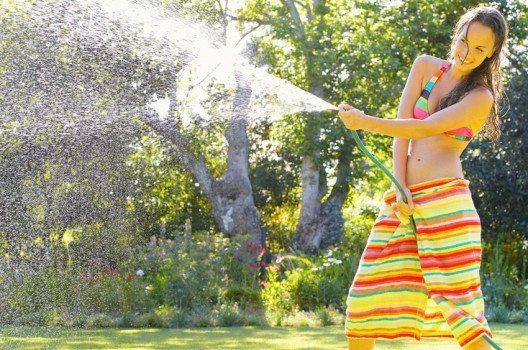Wenn Sie einen Gartenschlauchhaben, dann besitzen Sie bereits fast alles für eine Gartendusche. (Bild: Nicolesa – Shutterstock.com)