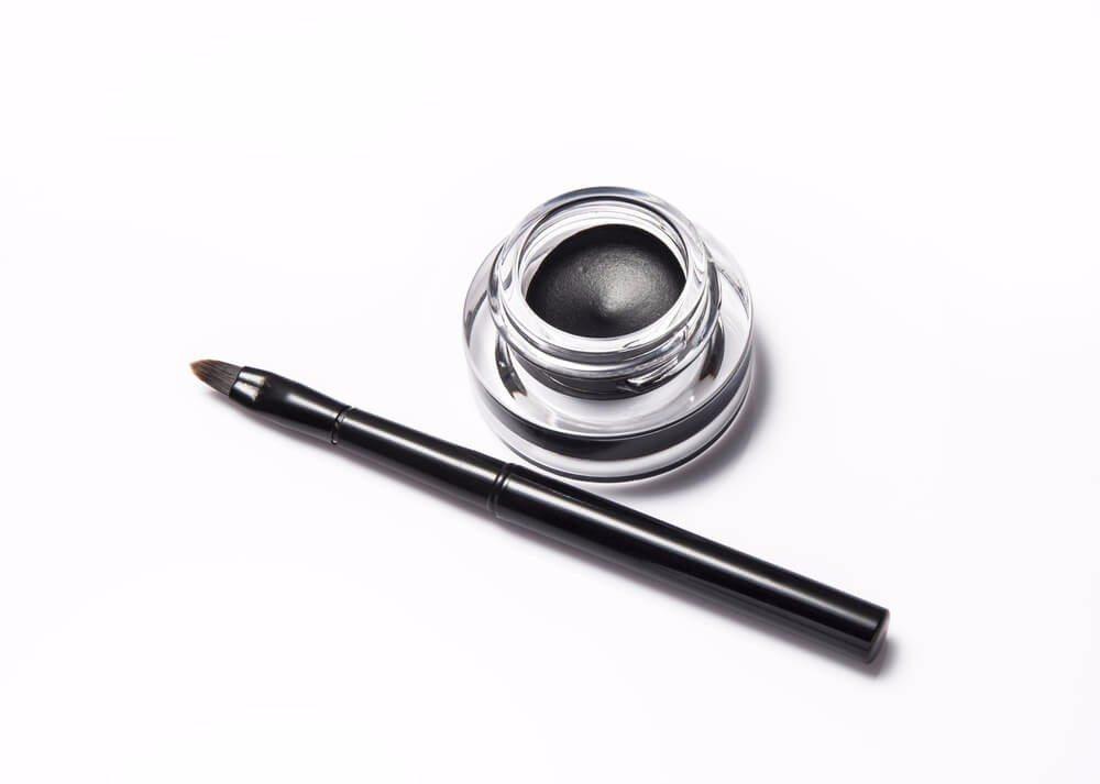 Für elegant geschwungenen Eyeliner sorgen Gel-Eyeliner. (Bild: © imagehub - shutterstock.com)