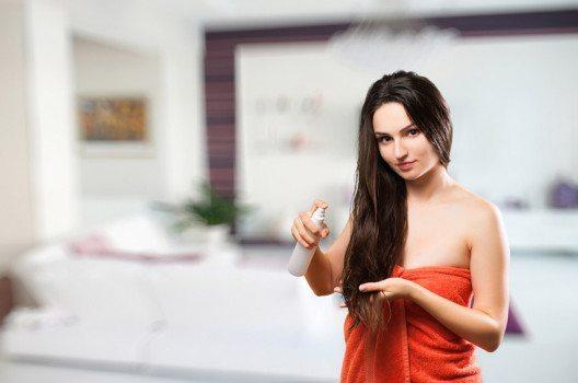 After-Sun-Lotionen sind ideal als Haarpflege für spröde Haare mit Splissanfälligkeit. (Bild: Valentyn Hontovyy – shutterstock.com)