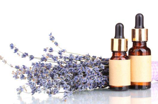 Das ätherische Lavendelöl – ein Wundermittel für Haut und Haare. (Bild: Africa Studio – shutterstock.com)