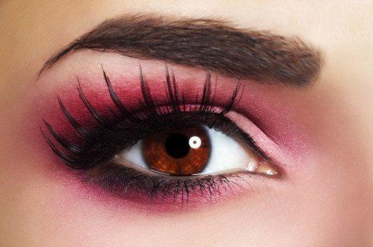 Rouge, wenn die darin enthaltenen Farbpigmente für die Anwendung am Auge zugelassen sind!, kann auch als Lidschatten verwendet werden. (Bild: AntonMaltsev – shutterstock.com)