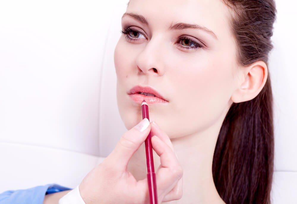 Die Farbe von Liplinern ist haltbarer als Lippenstift (Bild: © JL-Pfeifer - shutterstock.com)