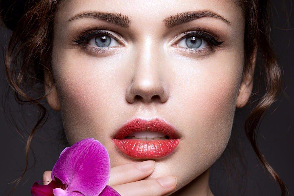 Matte Lippenstifte in Beerentönen oder leuchtendem Fuchsia. (Bild: © korabkova - shutterstock.com)