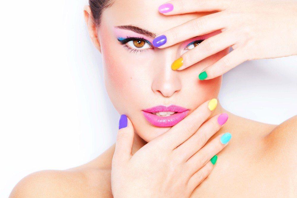 Nagellack in kräftigen, leuchtenden Farben machen aus den Nägeln auffällige Accessoires (Bild: © Kassandra - fotolia.com)