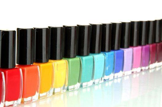 Das Angebot an farbigen Nagellacken ist schier unerschöpflich. (Bild: Africa Studio – shutterstock.com)