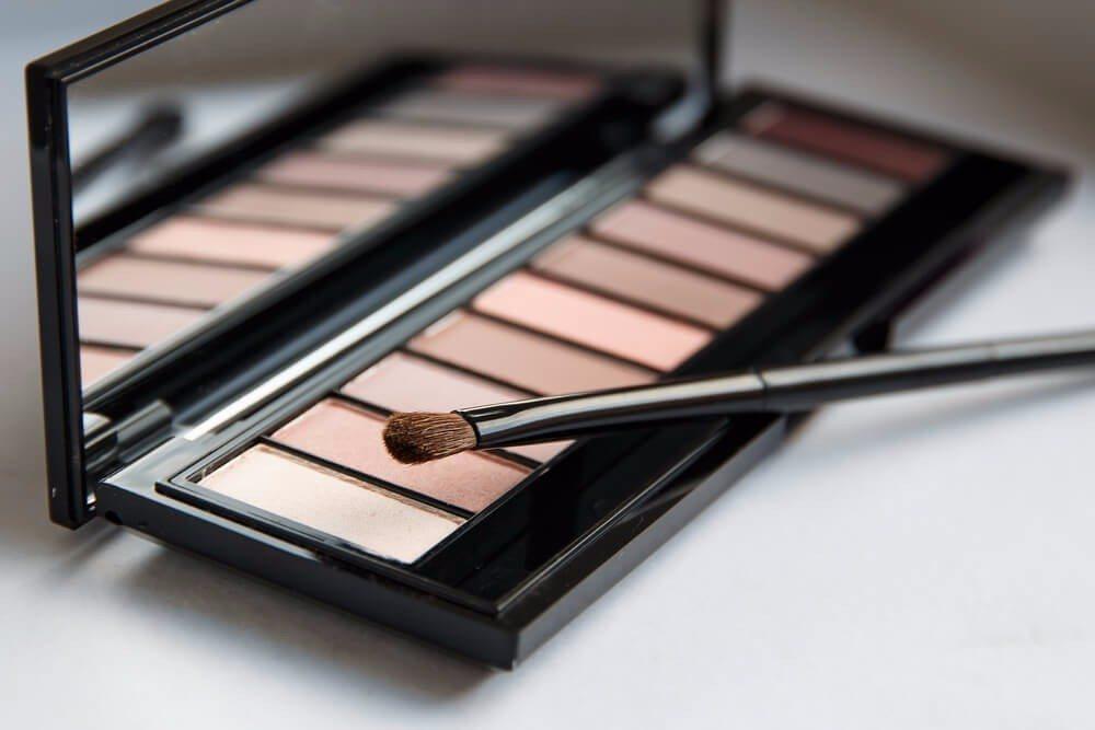 Mit der Nude-Palette ist vom natürlichen Tageslook bis zum eleganten Abend-Make-up alles möglich. (Bild: © Alexis Photo - shutterstock.com)