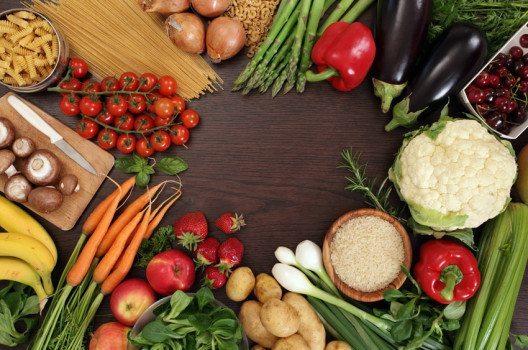 Wer zu basischer Kost greift, versorgt sich mit allen wichtigen Vitalstoffen. (Bild: Ronald Sumners – shutterstock.com)