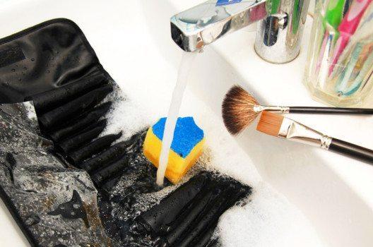 Pinselreinigung ist gar nicht kompliziert. (Bild: © photopixel – shutterstock.com)