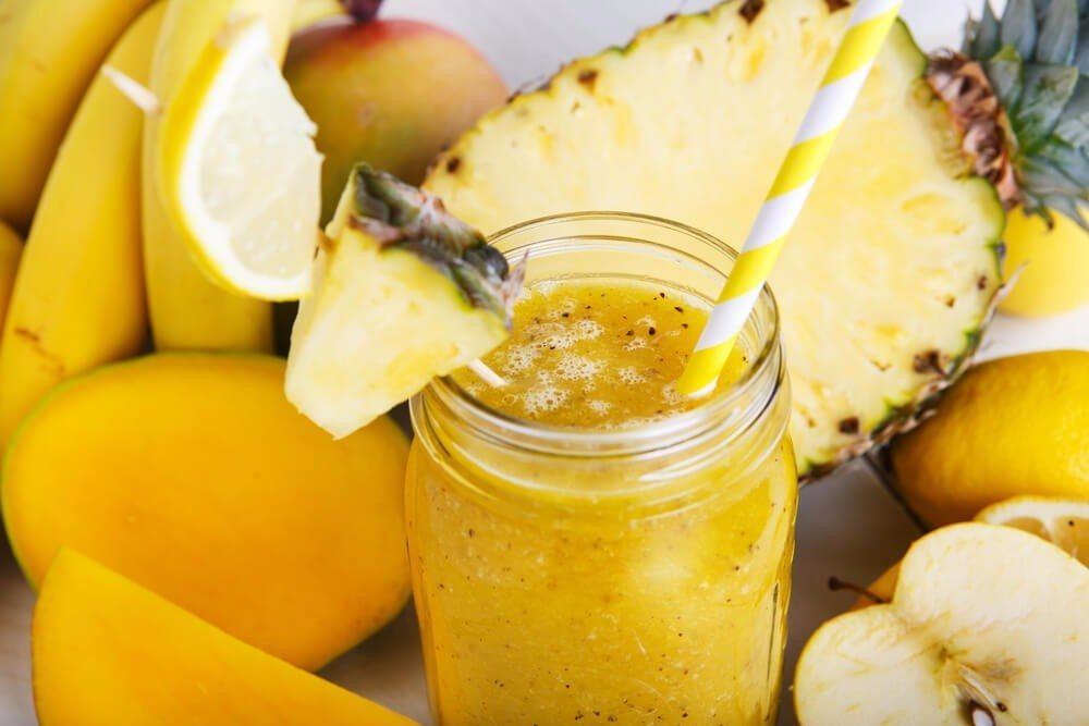 Ananas und Banane treffen sich in diesem erfrischenden Smoothie und ergeben eine tropische Fruchtkombination. (Bild: © ISchmidt - shutterstock.com)