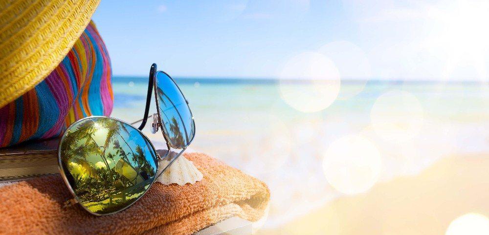 Die Shades dürfen auf keinen Fall im sommerlichen Handgepäck fehlen. (Bild: © Konstiantyn - fotolia.com)