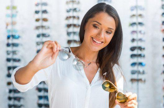 Es ist empfehlenswert, die Sonnenbrille bei einem Optiker zu kaufen. (Bild: g-stockstudio – shutterstock.com)
