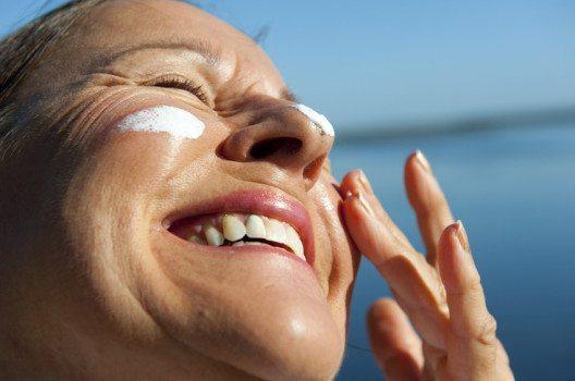 Sonnenschutzfilter sind unsere wirksamste Waffe gegen eine frühe Faltenbildung. (Bild: Rob Bayer – shutterstock.com)