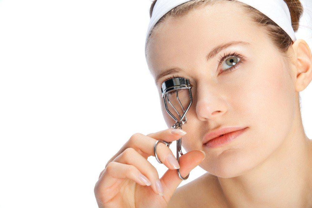 Wimpern mit Schwung öffnen den Blick und lassen das Gesicht wach und jung aussehen. (Bild: © krimar - fotolia.com)