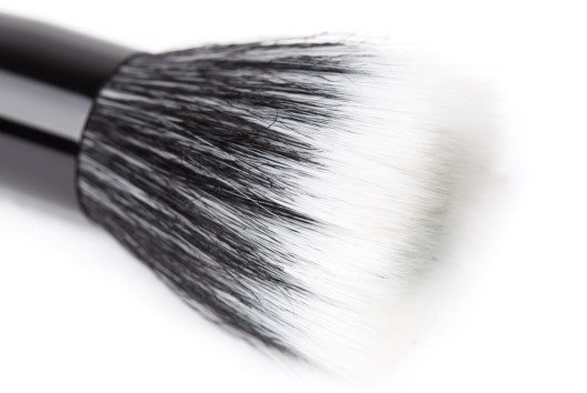 Stippling-Brush – ideal für flüssige Foundation und Highlighter. (Bild: photopixel – shutterstock.com)